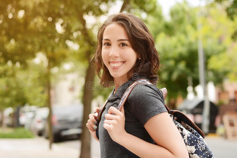 Retrato da menina nova do estudante com trouxa fotos de stock