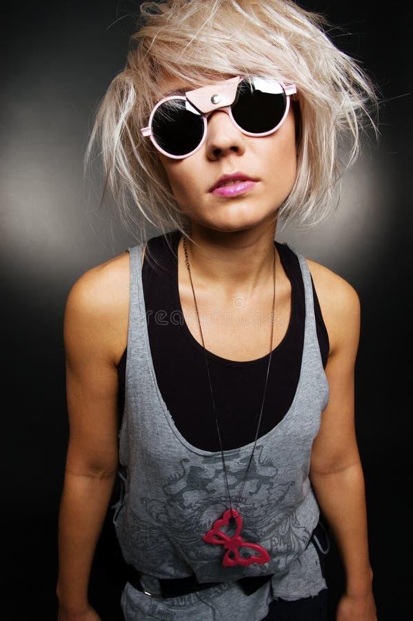 Retrato da menina ocasional à moda nos óculos de sol imagem de stock