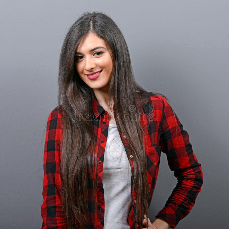 Retrato da menina ocasional 'sexy' com a câmera retro contra o fundo cinzento imagens de stock royalty free