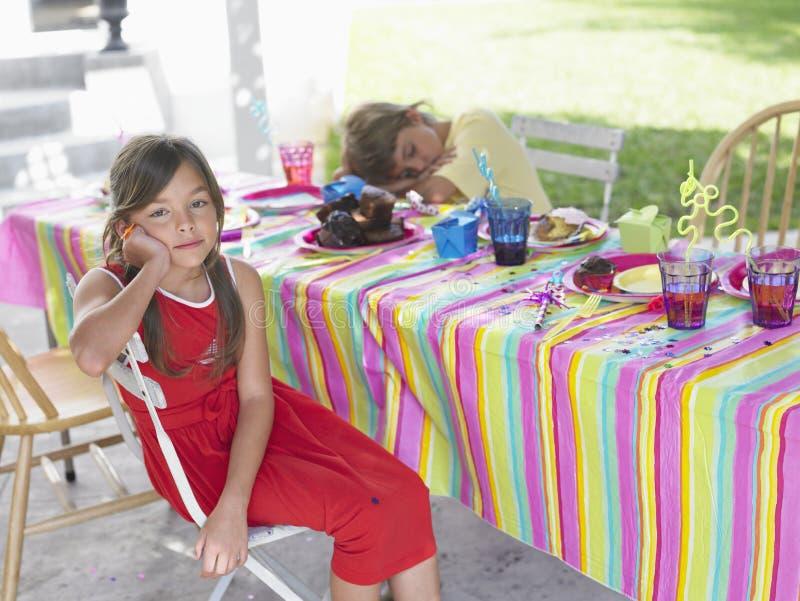 Retrato da menina pelo menino de sono na festa de anos imagem de stock