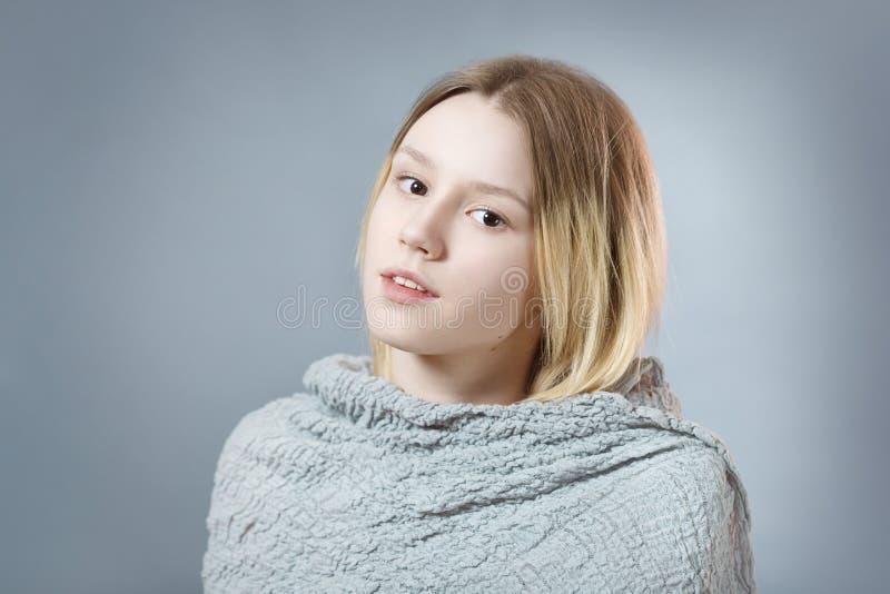 Retrato da menina pensativa em cores pastel cinzentas fotos de stock royalty free
