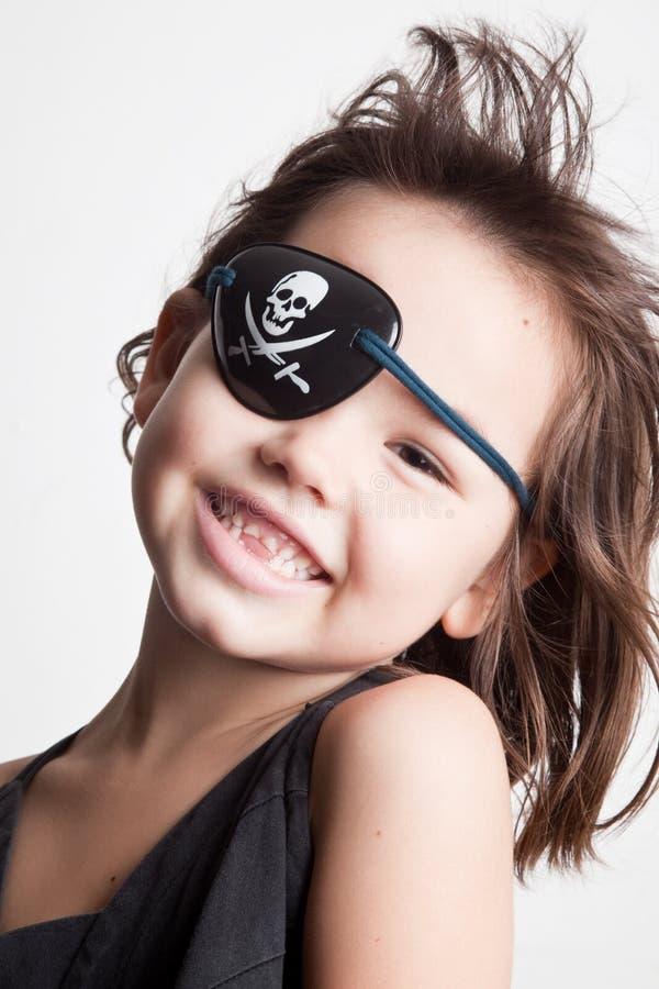 Retrato da menina pequena do pirata da menina asiática bonita imagem de stock