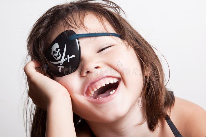 Retrato da menina pequena do pirata da menina asiática bonita imagens de stock