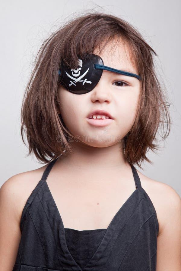 Retrato da menina pequena do pirata da menina asiática bonita fotos de stock
