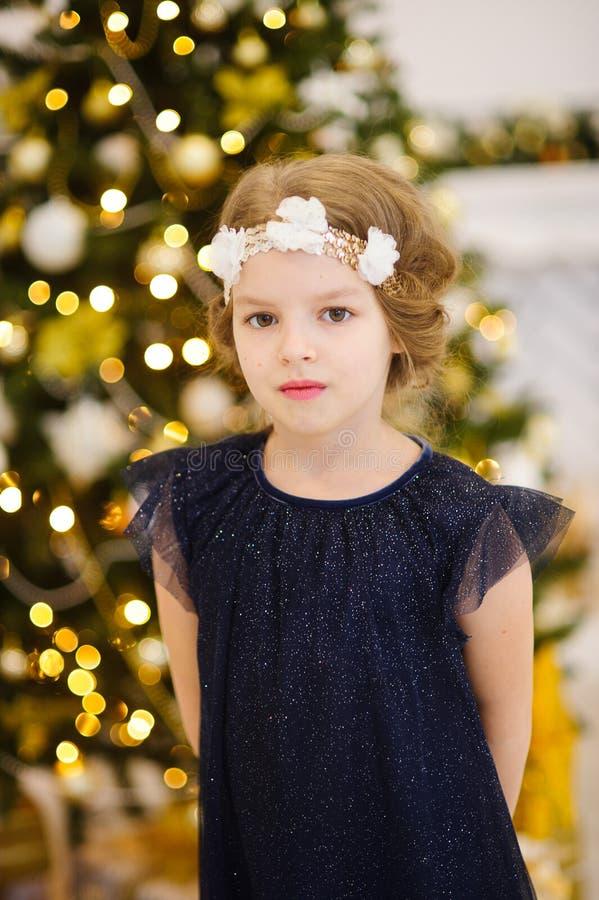 Retrato da menina perto da árvore de Natal fotos de stock