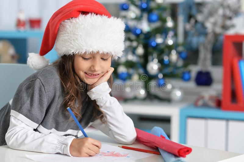 Retrato da menina preteen de sorriso no chapéu de Santa imagens de stock