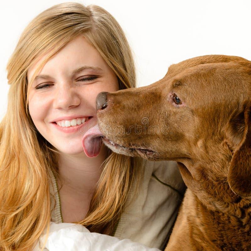 Retrato da menina que aconchega-se com seu cão foto de stock