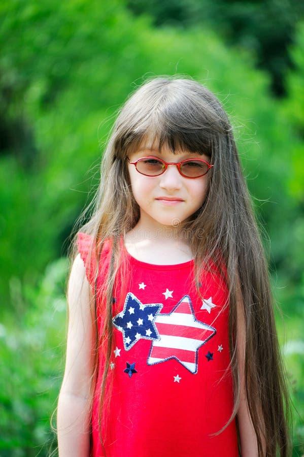 Retrato da menina que desgasta o vestido vermelho imagens de stock royalty free