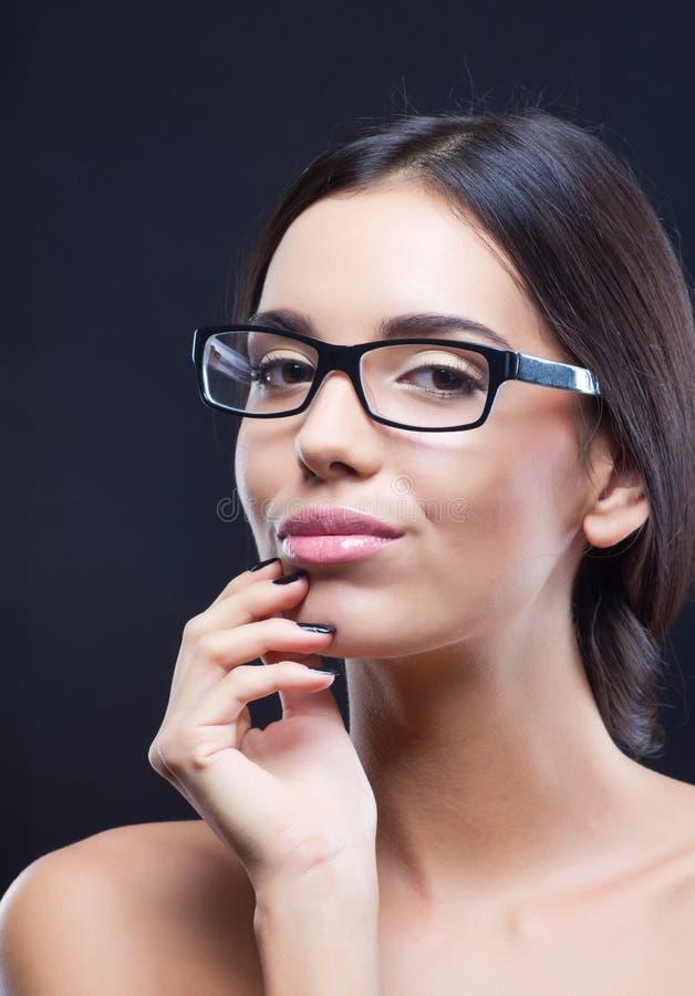 Retrato da menina que desgasta vidros óticos fotos de stock royalty free