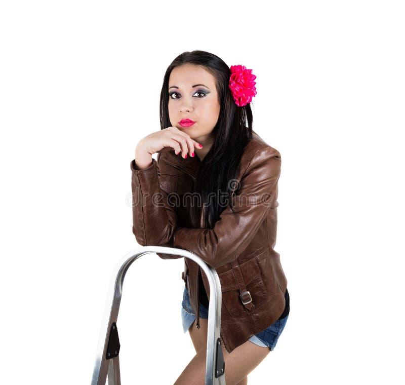 Retrato da menina que inclina a escada foto de stock