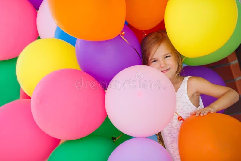 Retrato da menina que joga com balões de ar fotografia de stock