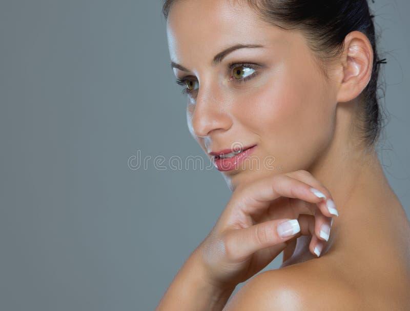 Retrato da menina que mostra as mãos well-groomed foto de stock
