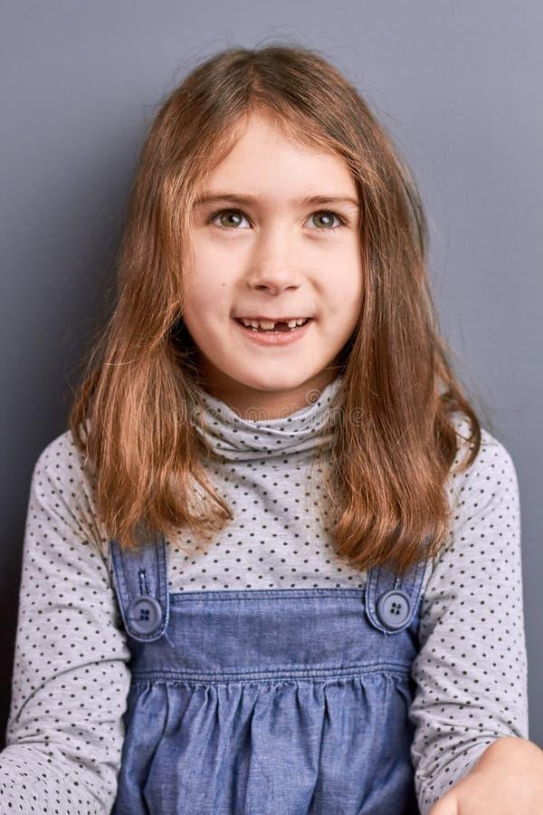 Retrato da menina que olha acima fotografia de stock royalty free