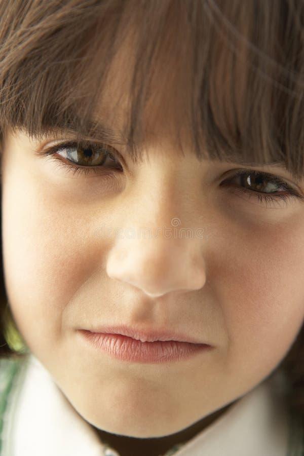 Retrato da menina que olha de sobrancelhas franzidas imagem de stock