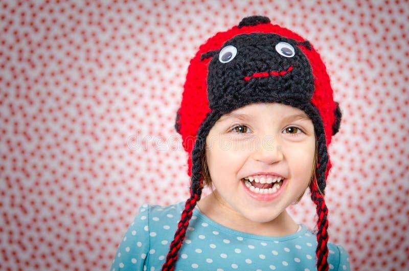 Retrato da menina que sorri e que está feliz A criança é wearin fotos de stock