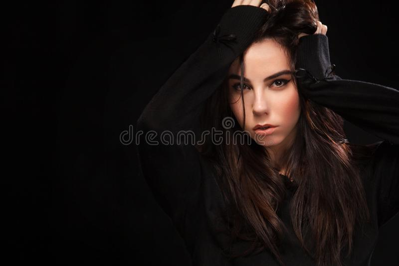 Retrato da menina 'sexy' bonita do brunnete, no fundo preto Modelo bonito da menina Uma mulher moreno em um vestido preto foto de stock royalty free