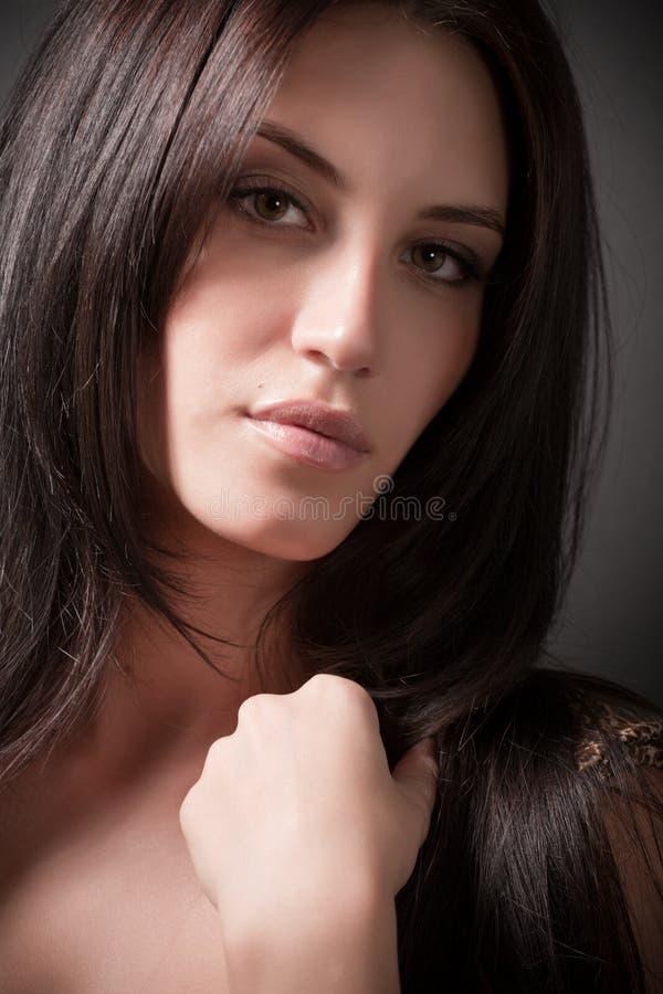 Retrato da menina 'sexy' triguenha atrativa foto de stock