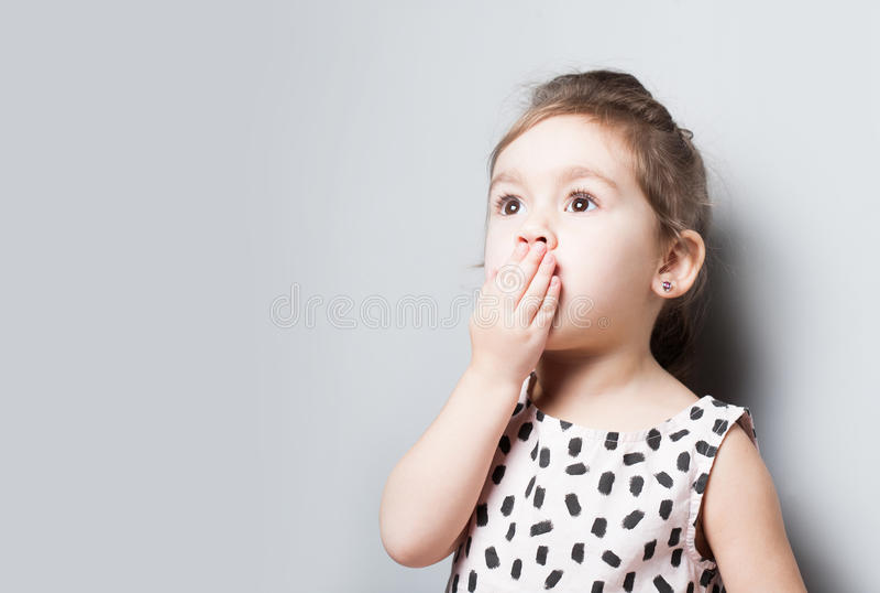 Retrato da menina surpreendida pequena bonito fotos de stock