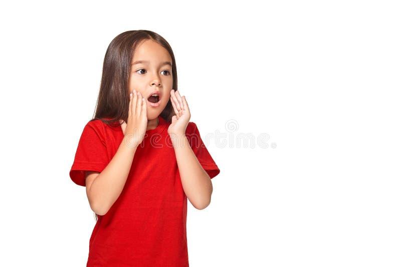 Retrato da menina surpreendida pequena excitada scared Isolado no fundo branco foto de stock royalty free