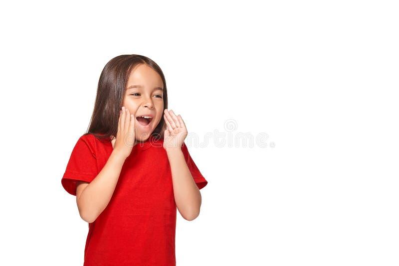 Retrato da menina surpreendida pequena excitada scared Isolado no fundo branco imagens de stock