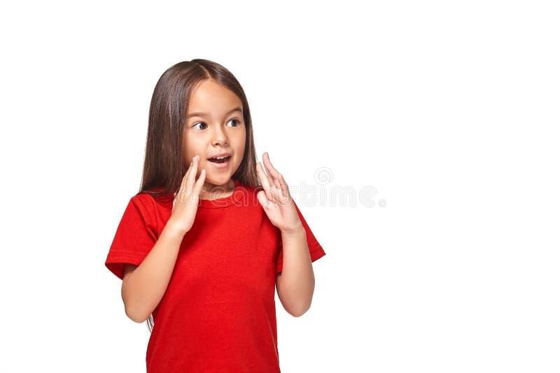 Retrato da menina surpreendida pequena excitada scared Isolado no fundo branco fotografia de stock royalty free