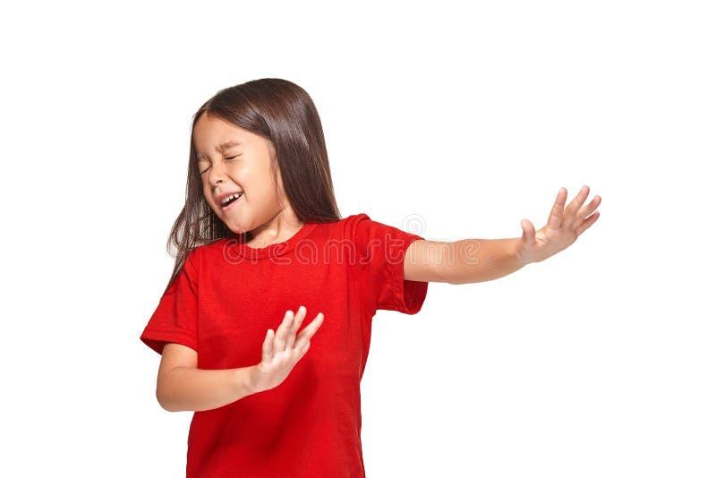 Retrato da menina surpreendida pequena excitada scared Isolado no fundo branco fotos de stock royalty free
