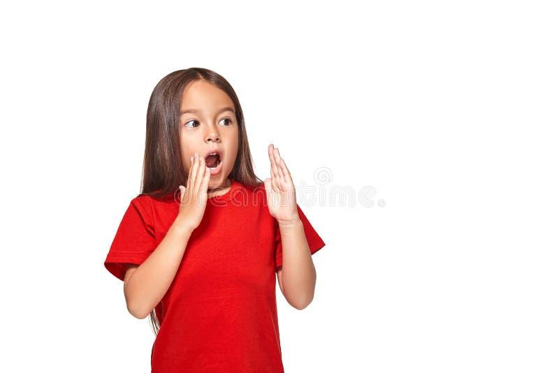 Retrato da menina surpreendida pequena excitada scared Isolado no fundo branco fotografia de stock