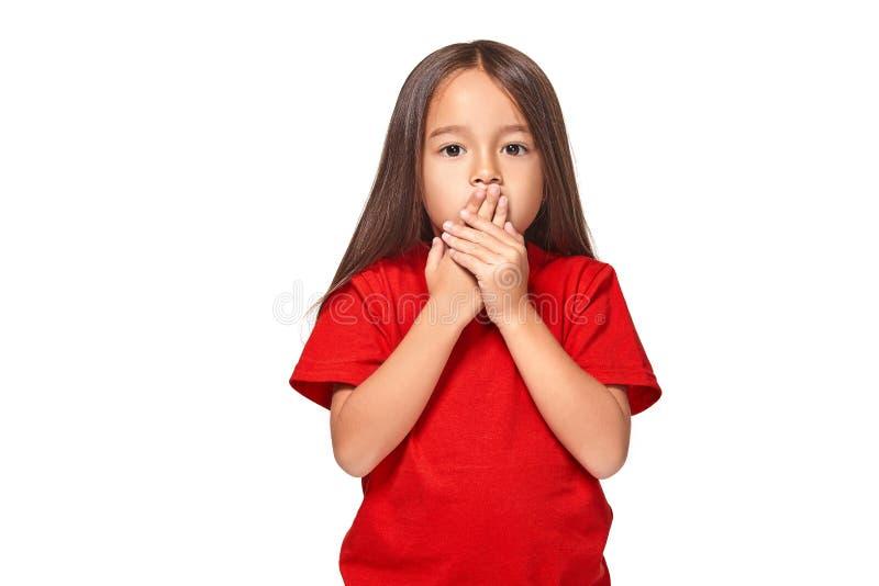 Retrato da menina surpreendida pequena excitada scared Isolado no fundo branco fotos de stock