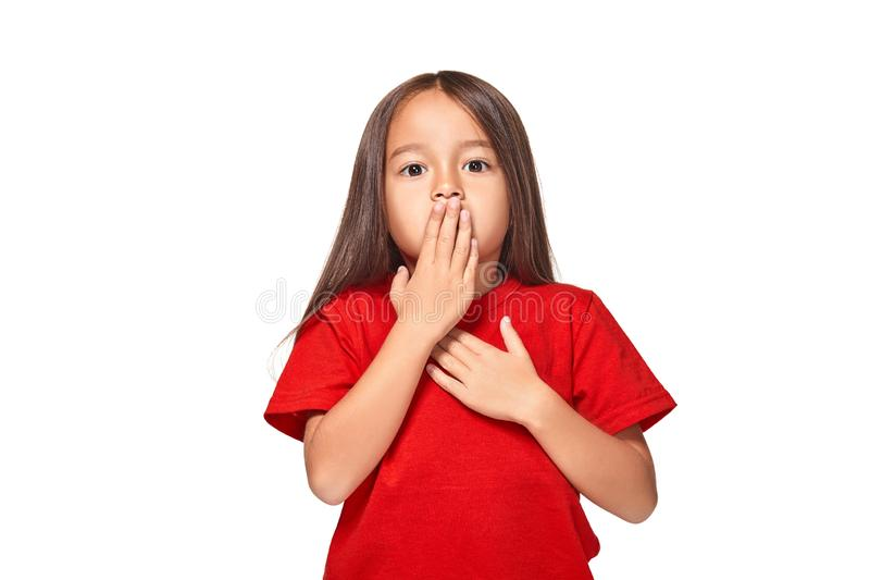 Retrato da menina surpreendida pequena excitada scared Isolado no fundo branco imagem de stock royalty free