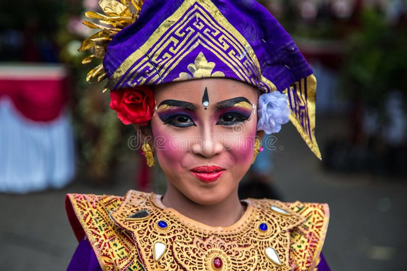 Retrato da menina tradicional do Balinese novo no festival gêmeo do lago em Bali, Indonésia Em junho de 2018 imagens de stock