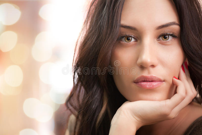 Retrato da menina triguenha atrativa com luzes fotos de stock