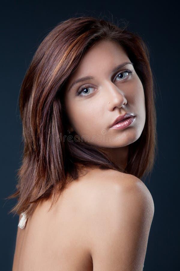 Retrato da menina triguenha bonita foto de stock