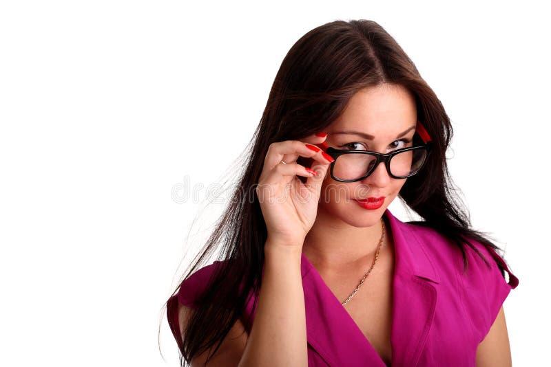 Retrato da menina triguenha bonita nos vidros fotos de stock royalty free