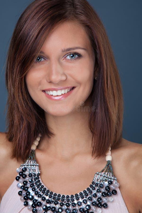 Retrato da menina triguenha de sorriso imagem de stock royalty free