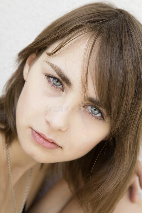 Retrato da menina triste séria com olhos azuis imagem de stock royalty free