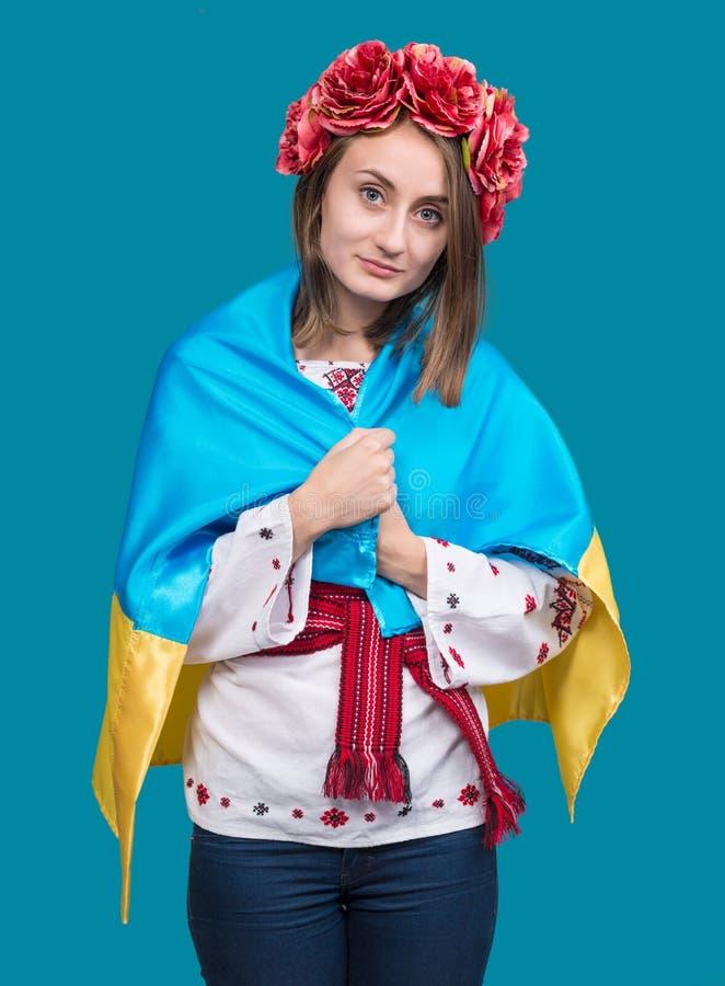 Retrato da moça atrativa no vestido nacional com Ukrai fotos de stock