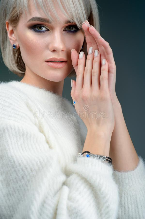 Retrato da moça bonita com joia de prata luxuosa foto de stock