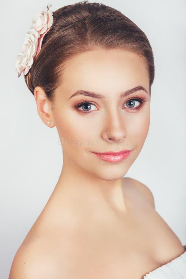 Retrato da moça bonita em uma imagem da noiva com o ornamento no cabelo imagens de stock royalty free