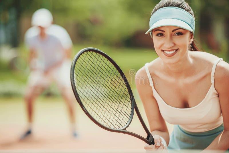 Retrato da moça bonita no campo de tênis imagens de stock