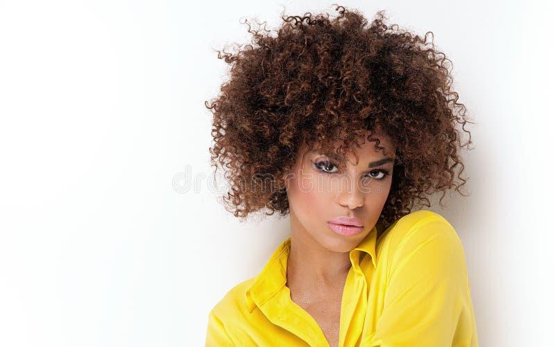 Retrato da moça com afro foto de stock royalty free
