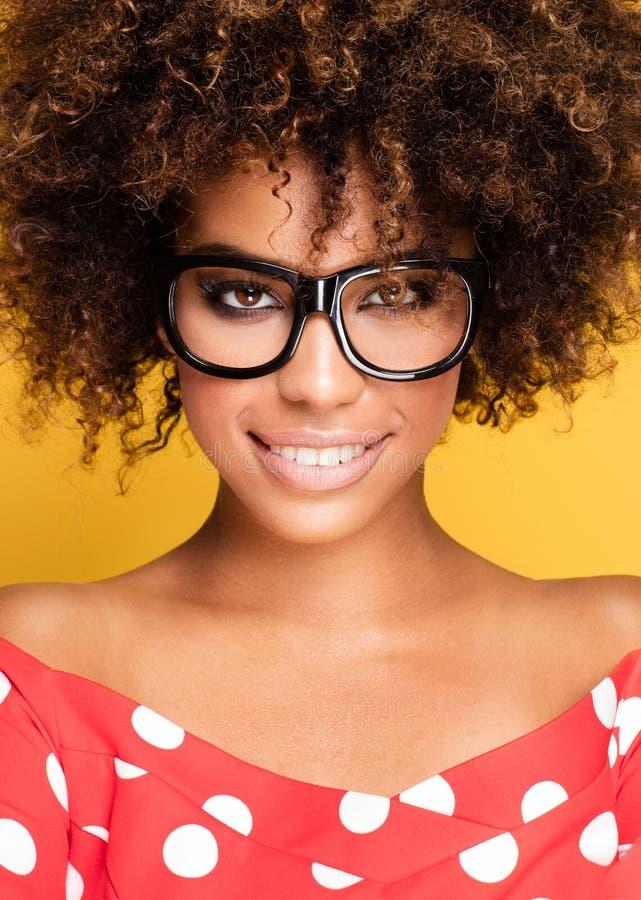Retrato da moça com afro fotos de stock
