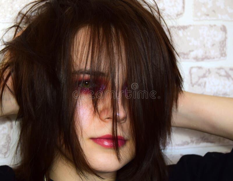 Retrato da moça com o cabelo desgrenhado, desalinhado imagem de stock