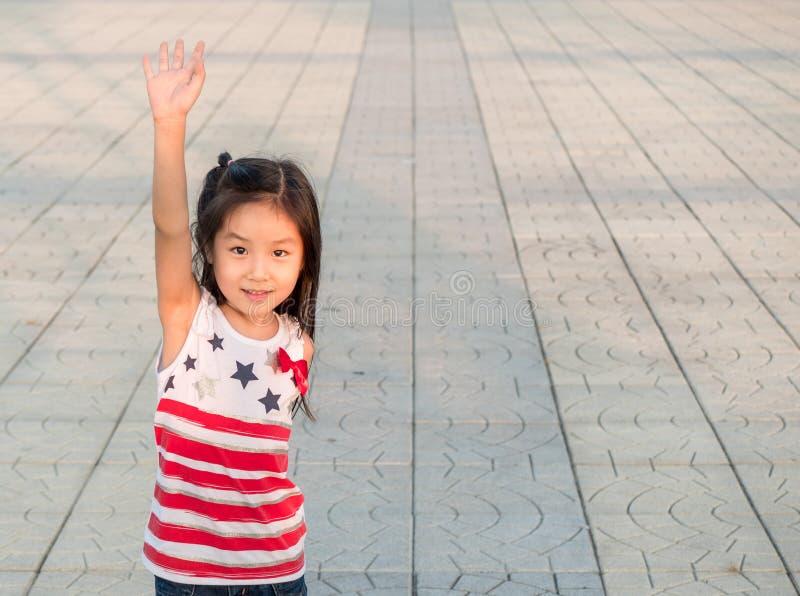 Retrato da moça de Ásia que cheering com braço aumentado fotografia de stock royalty free