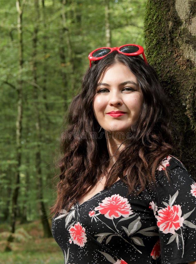 Retrato da moça em um dia ensolarado na floresta fotografia de stock royalty free