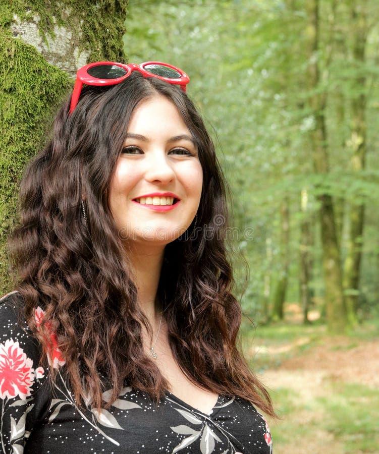 Retrato da moça em um dia ensolarado na floresta foto de stock