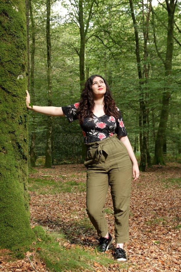 Retrato da moça em um dia ensolarado na floresta fotografia de stock