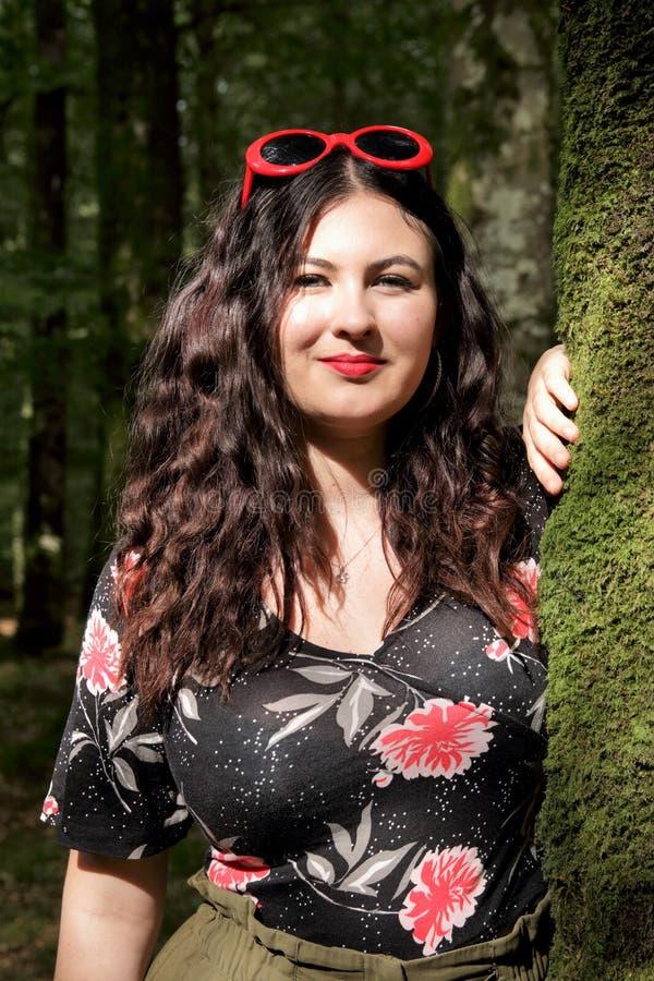 Retrato da moça em um dia ensolarado na floresta fotos de stock royalty free