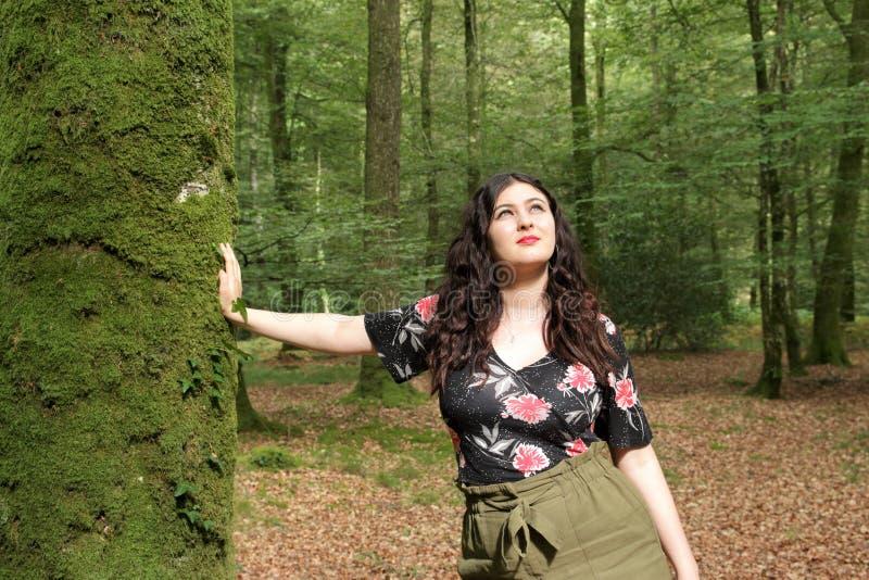 Retrato da moça em um dia ensolarado na floresta foto de stock royalty free