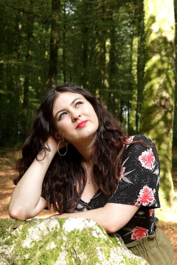 Retrato da moça em um dia ensolarado na floresta fotos de stock
