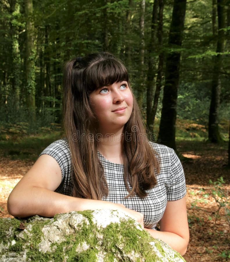 Retrato da moça em um dia ensolarado na floresta imagens de stock royalty free